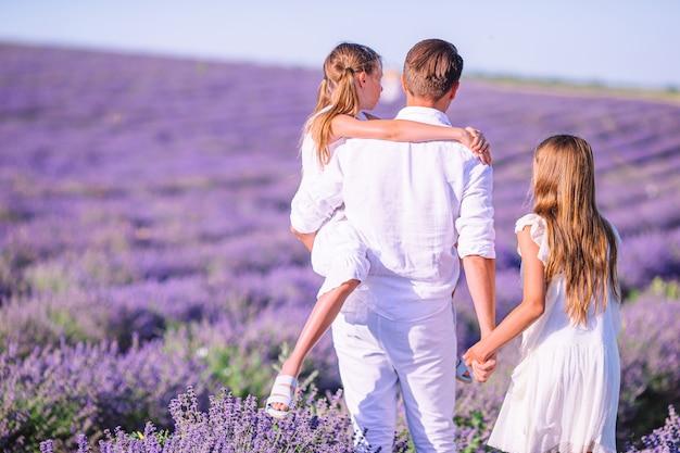ラベンダーの花のフィールドの家族