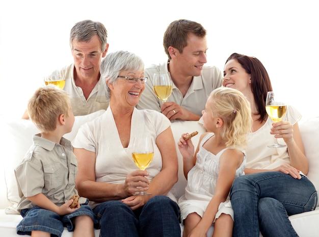 거실에서 와인을 마시고 비스킷을 먹는 가족