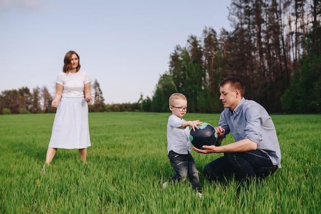 산책 숲에서 가족입니다. gr에 초원에서 피크닉