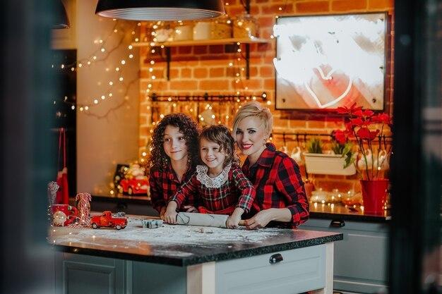 クリスマスの日に台所で家族