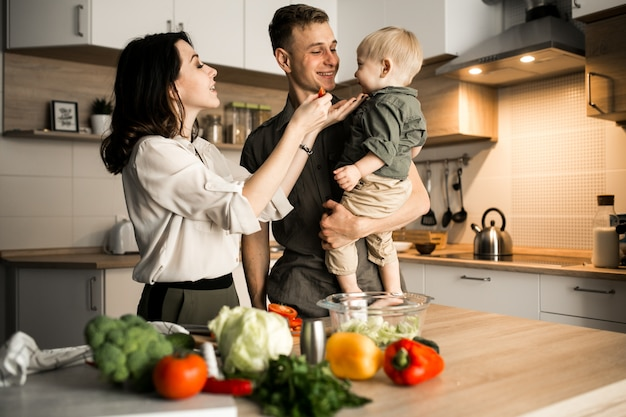 Семья на кухне