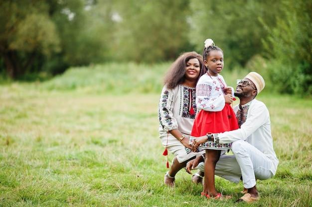 公園で伝統的な服を着た家族