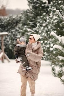 눈 덮인 숲에서 휴가에 겨울 옷 가족