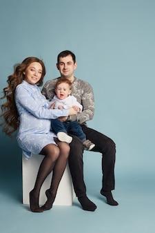 가족이 두 번째 자녀를 기대하고 있습니다. 남자와 여자, 남편과 아내는 아기의 모습을 준비하고 있습니다