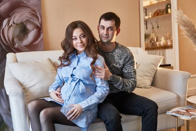 가족이 두 번째 자녀를 기대하고 있습니다. 남자와 여자, 남편과 아내