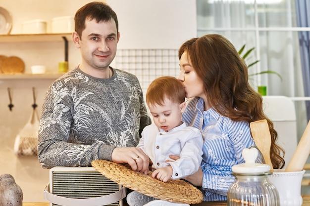 家族は2番目の子供を期待しています。男と女、夫と妻