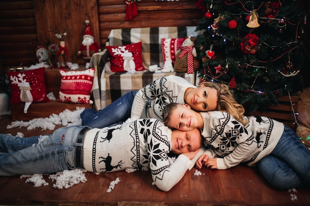 家族は同じセーターで床に横たわっています