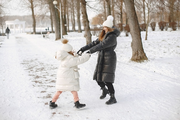 Famiglia in cappelli invernali lavorati a maglia in vacanza Foto Gratuite