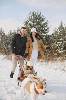 Famiglia in cappelli invernali lavorati a maglia in vacanza