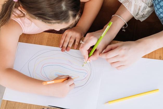 가족 여가. 창의적이고 교묘 한 어머니와 딸이 함께 그리기. 사랑의 관계와 책임감있는 육아.