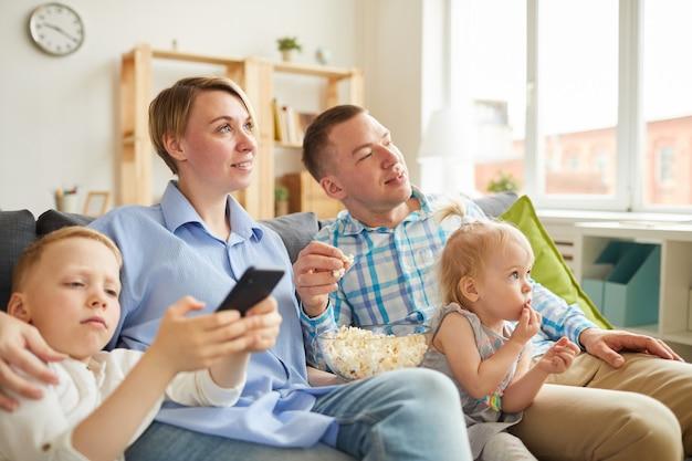 テレビの前で家族のレジャー