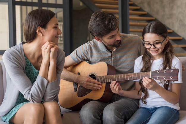 Семейный урок игры на гитаре