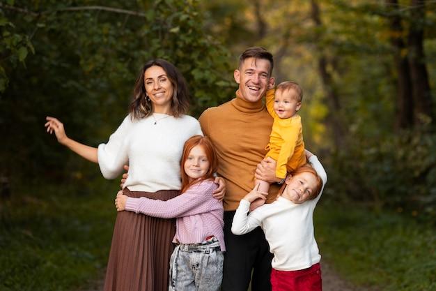 가을철 야외에서 가족의 생활 방식