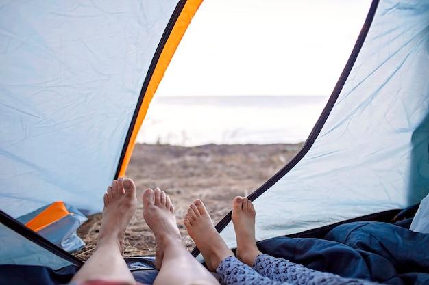 가족 휴양지. 캠프장에서 캠핑 텐트에서 휴식을 취하는 아이, 활동적인 라이프 스타일