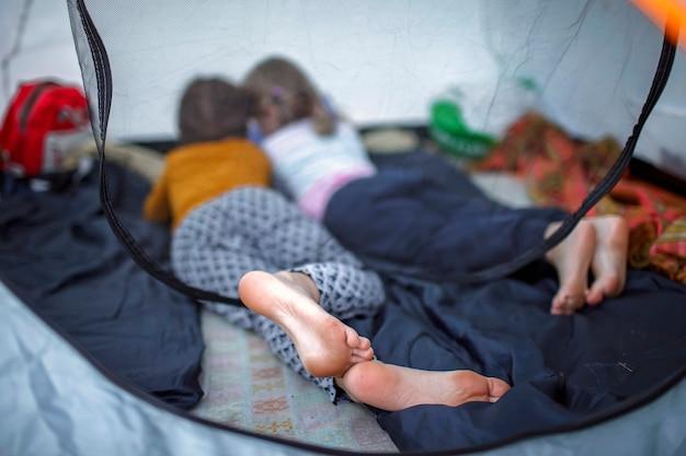 Семейный отдых. малыш отдыхает в палатке в кемпинге, активный образ жизни
