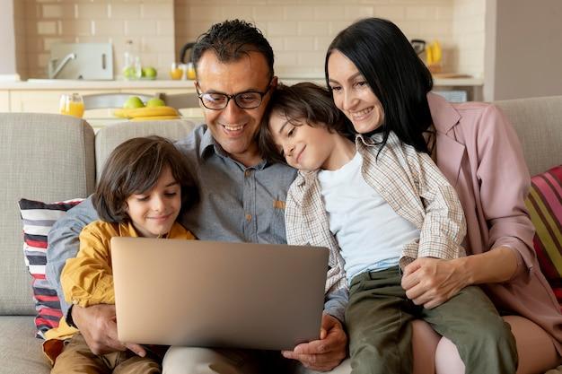 Famiglia che guarda insieme su un laptop a casa