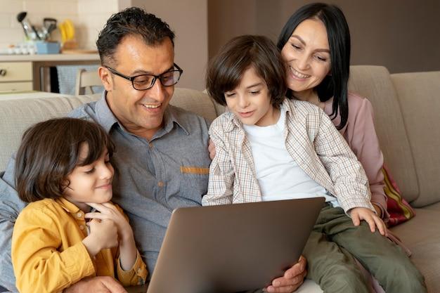 自宅のノートパソコンで一緒に見ている家族