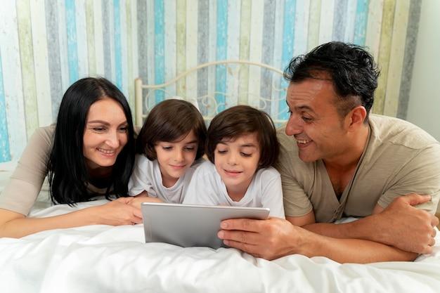 집에서 태블릿으로 함께 보는 가족