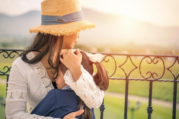 우는 어린 소녀를 위로하는 가족, 사랑과 행복한 사람들 개념 어머니