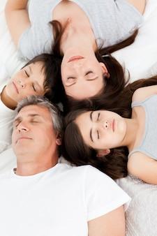 家族がベッドに横たわっている