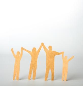 나무 조각으로 만든 가족