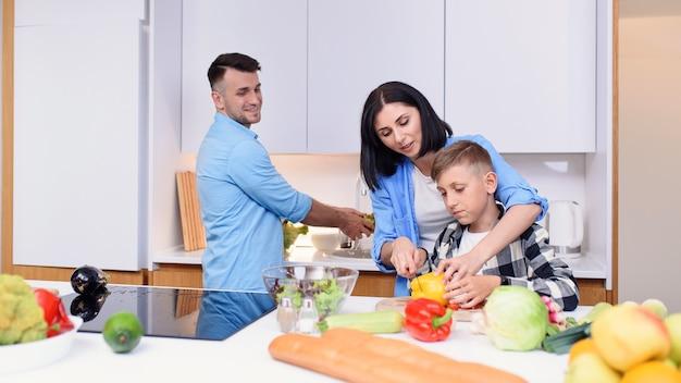 Семья вместе готовит здоровый завтрак на кухне