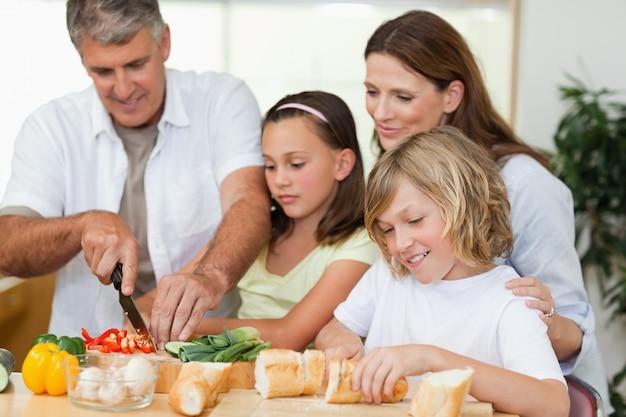 가족 샌드위치 만들기