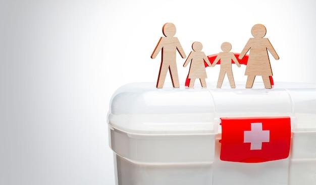 Семейная медицина. семья с детьми на фоне аптечки.