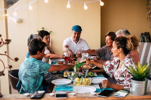 家やレストランのコンセプトで一緒に昼食をとる家族混合世代