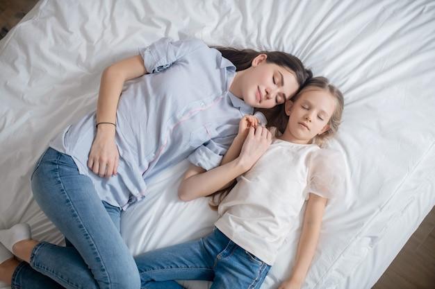 Семья. мама и дочь проводят время вместе и выглядят умиротворенно