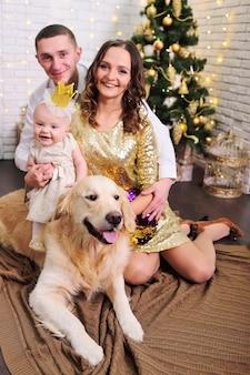 Семья - мама, папа, дочка в шикарном платье и золотой короне и собачка.