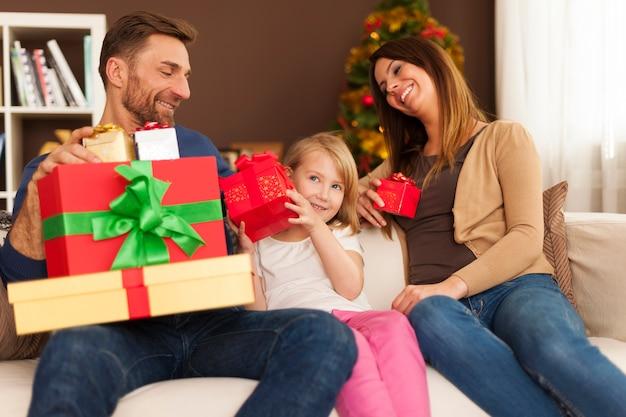 クリスマスの朝の家族の瞬間