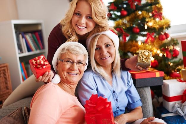 クリスマスの時期の家族の瞬間