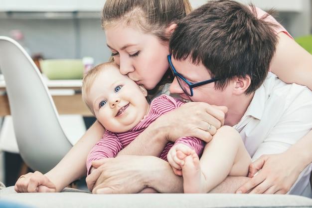 Семья, мать, отец и ребенок счастливы вместе дома, улыбаясь портрет