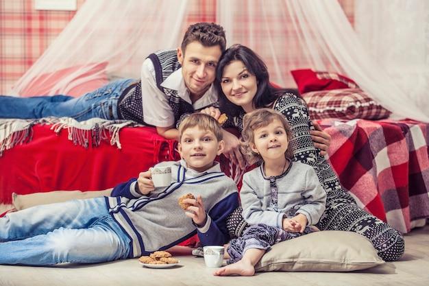빨간 크리스마스 인테리어에 집에서 침실에 있는 가족 어머니 아버지 아이들
