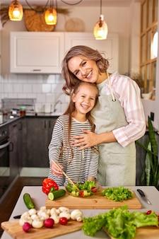 Семья мать с дочерью готовить вместе