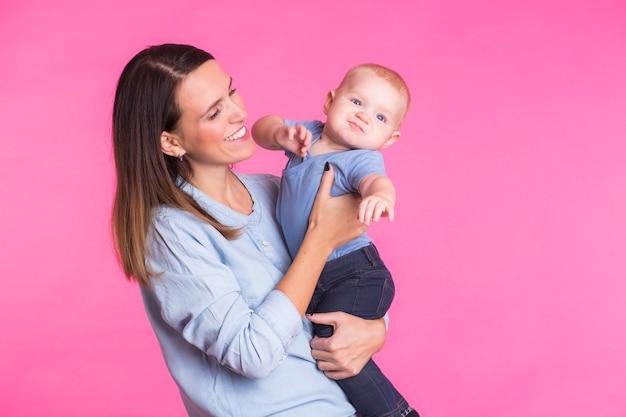 家族、母性、子育て、人々、育児の概念-幸せな母親は愛らしい赤ちゃんを抱きしめます