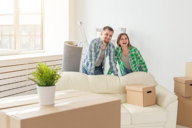 가족, 새 아파트 및 이전 개념-새 집에서 이사하는 젊은 부부