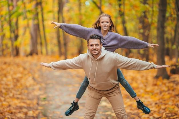 公園で美しい秋の日に父と子の家族