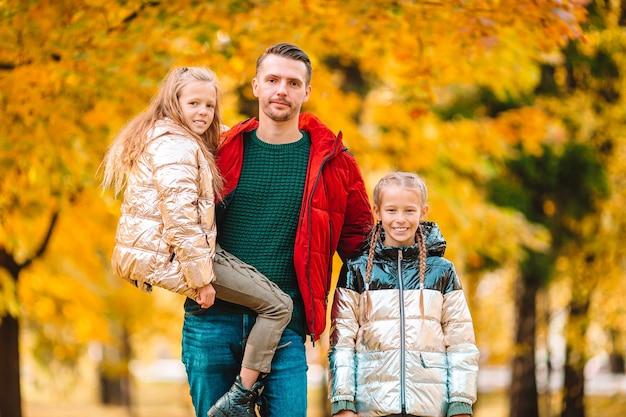 お父さんと公園で美しい秋の日の子供たちの家族