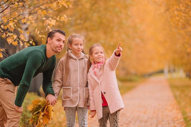 Семья папы и детей в прекрасный осенний день в парке