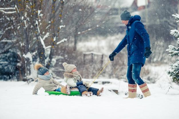 Семья папа и дети отдыхают в канун рождества на открытом воздухе