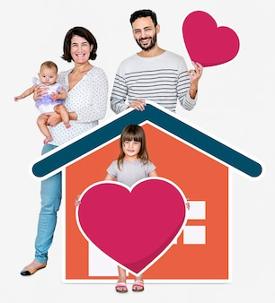 Семья из четырех человек в любящем доме