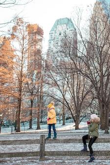 뉴욕시에서 휴가를 보내는 동안 센트럴 파크에서 엄마와 아이의 가족
