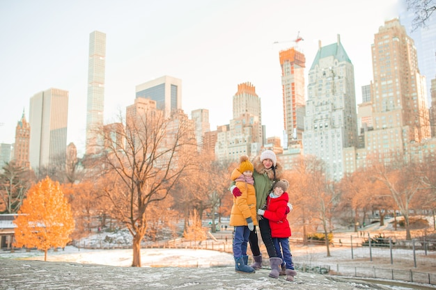 ニューヨーク市での休暇中にセントラルパークにいる母と子の家族