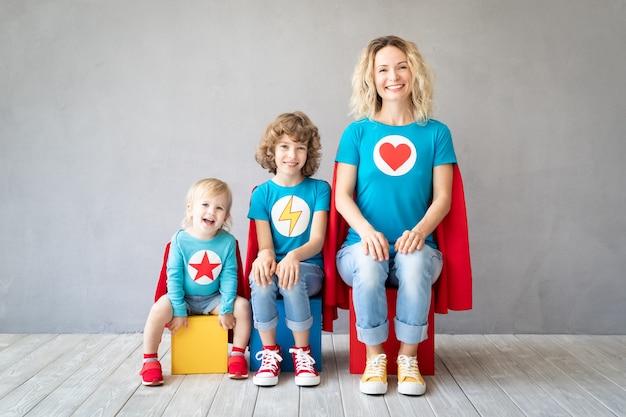 Семья супергероев, играющих дома