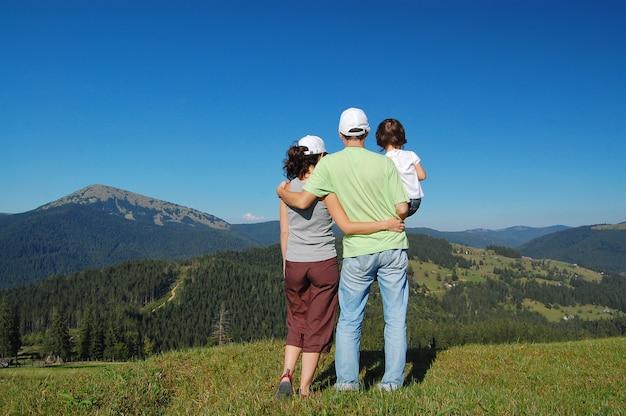 Семья из трех человек на отдыхе в горах