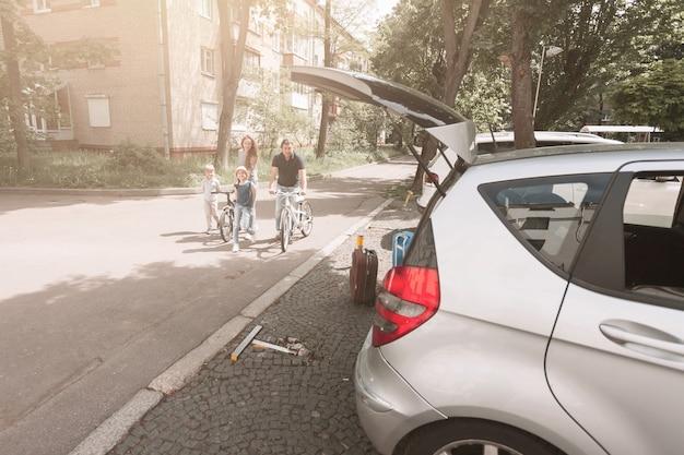 Семья на велосипедной прогулке по улице города. городская жизнь