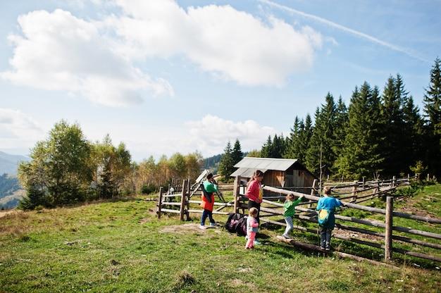 山でのトレッキングの日の家族。上にある古代の木造チーズ工場。