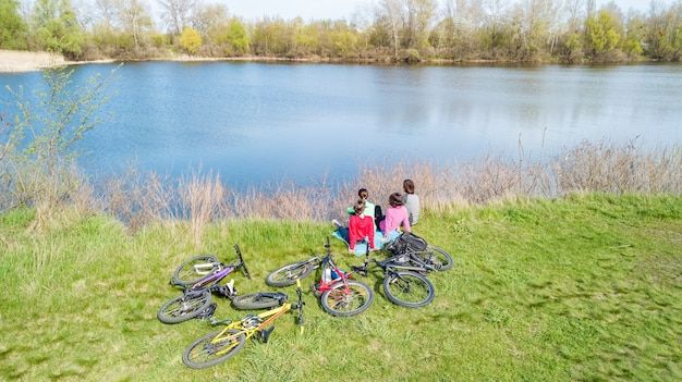 Семья на велосипедах, езда на велосипеде на открытом воздухе активные родители и дети на велосипедах